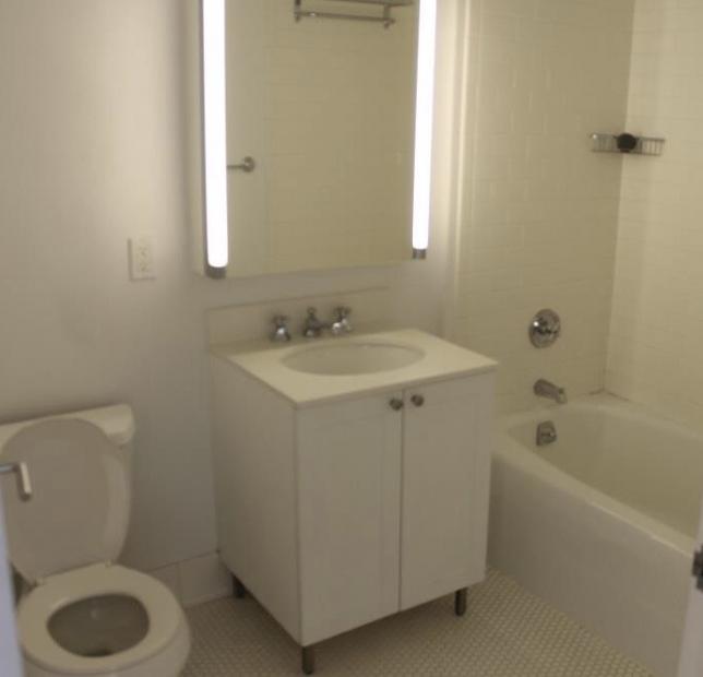 방에 사는 메이트와 함께 쉐어해야 하는 화장실도 넓고 깨끗합니다. 수압도 좋고, 거울 안에 세면도구를 수납할 공간이 있습니다 :)
