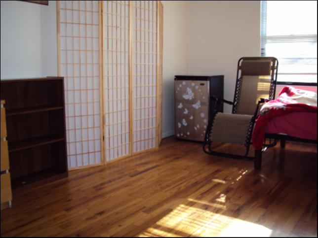 큰독방입니다 $580 침대 책상 책장 벽장 서랍장 에어컨 버라이즌파이오스인터넷 그리고 집안에 세탁기와 건조기도 있어서 빨래방에가실  필요없습니다.