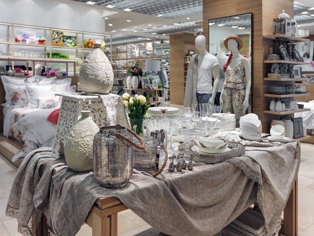 Interior home store new zara home store milan interior for Table zara home