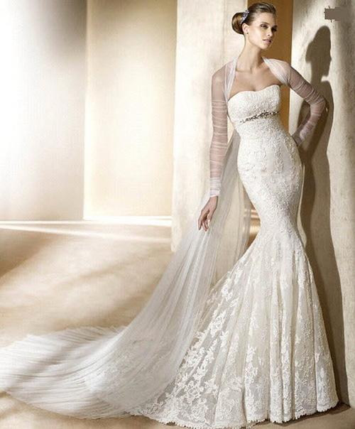 Màu sắc được sử dụng cho kiểu váy đuôi cá là màu trắng, trắng ngà, màu be hoặc màu rượu vang.