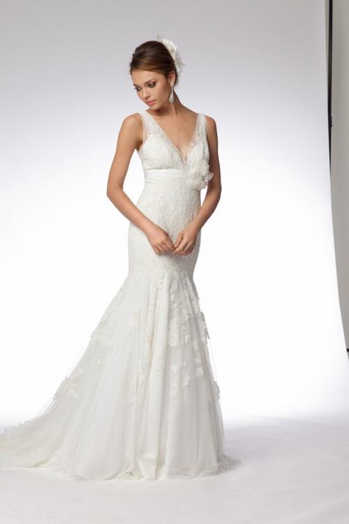Những mẫu váy đuôi cá mềm mại, nhẹ nhàng với chất liệu voan và satin sang trọng, kết hợp với áo quây ngực, khoe đôi vai trần gợi cảm của cô dâu.