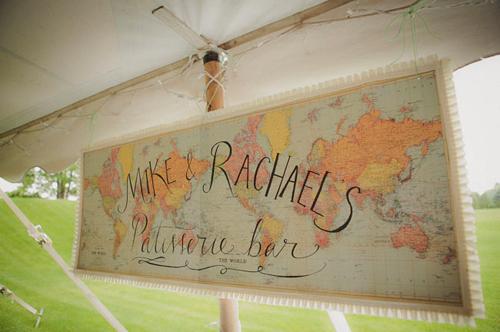 Bản đồ cũng là một phụ kiện trang trí đẹp mắt, bạn có thể treo một tấm bản đồ thế giới để trang trí trong đám cưới hoặc sử dụng chính tấm bản đồ để khách mời ký tên, viết lời chúc cho hai bạn.