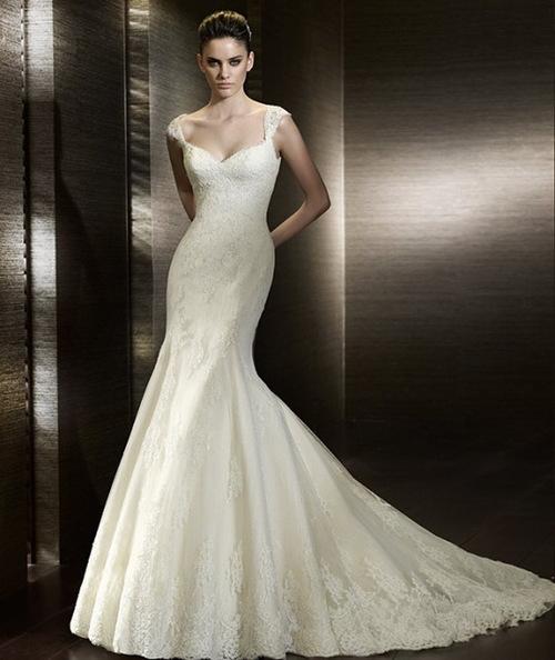 Đường viền cổ của váy có thể là hình chữ V, cổ vuông, cổ bất đối xứng hoặc cổ tim.