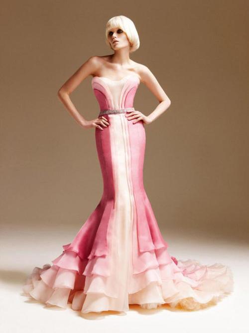Cô dâu rạng rỡ trong chiếc váy cưới hồng rực.