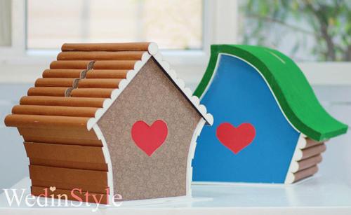 Hai chiếc hộp mừng đám cưới hình tổ chim khác màu dành cho đám cưới chung của hai nhà.