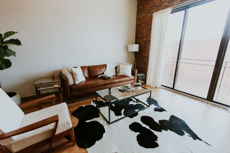 金屬木桌和鐵框玻璃門