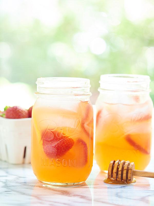 showmetheyummy http://showmetheyummy.com/honey-strawberry-lemonade/