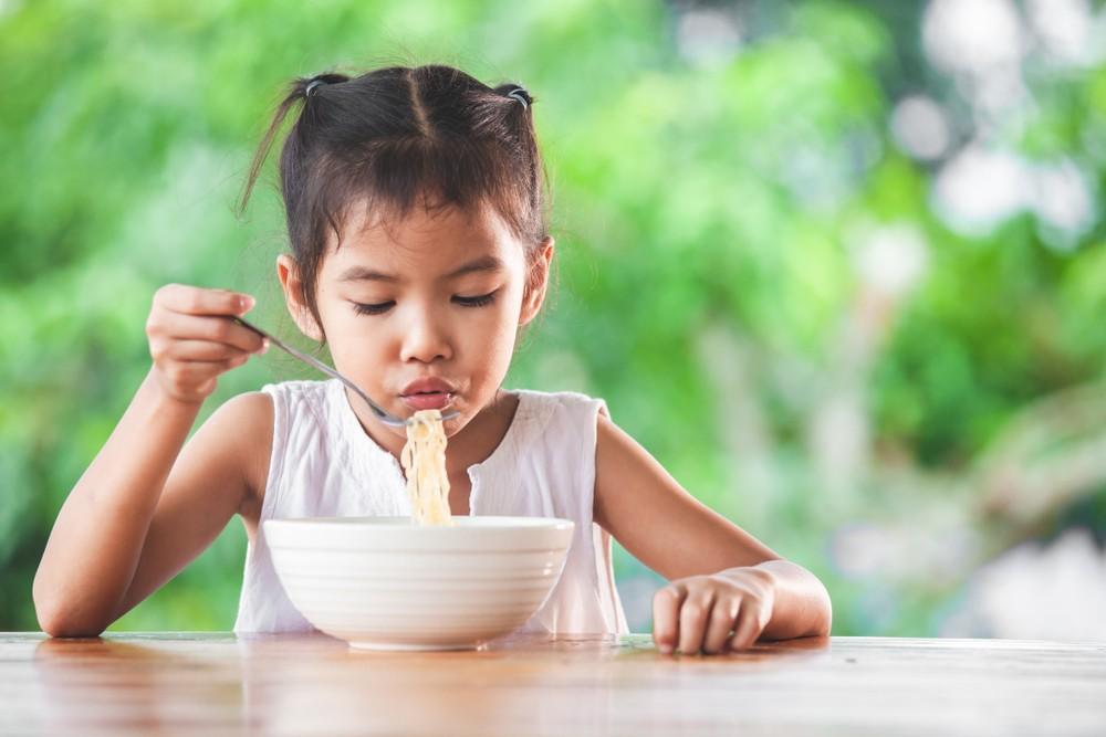 聯合國兒童基金會報告指,隨著全球化與都市化,人們的飲食及生活習慣亦開始隨之改變,廉價及加工食品開始普及。
