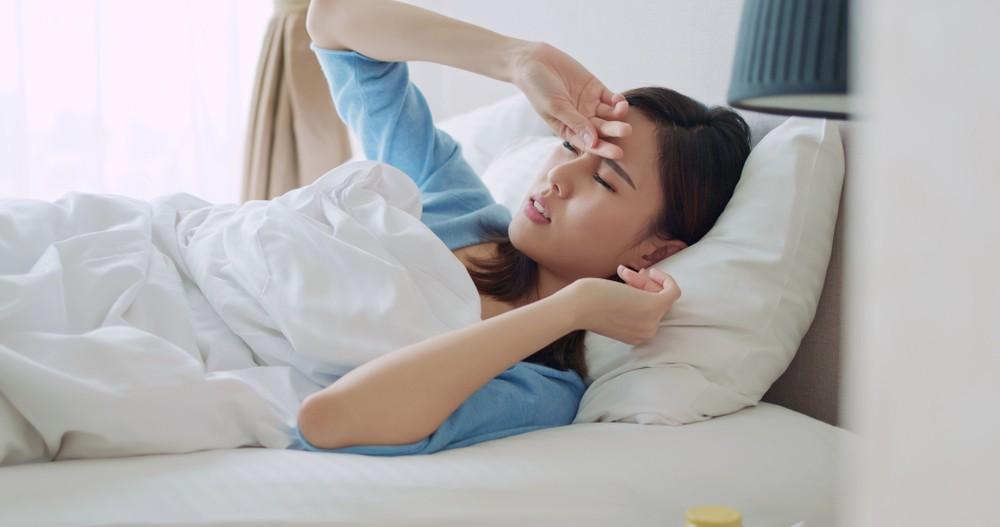 胃抽筋時建議在床上平躺着。