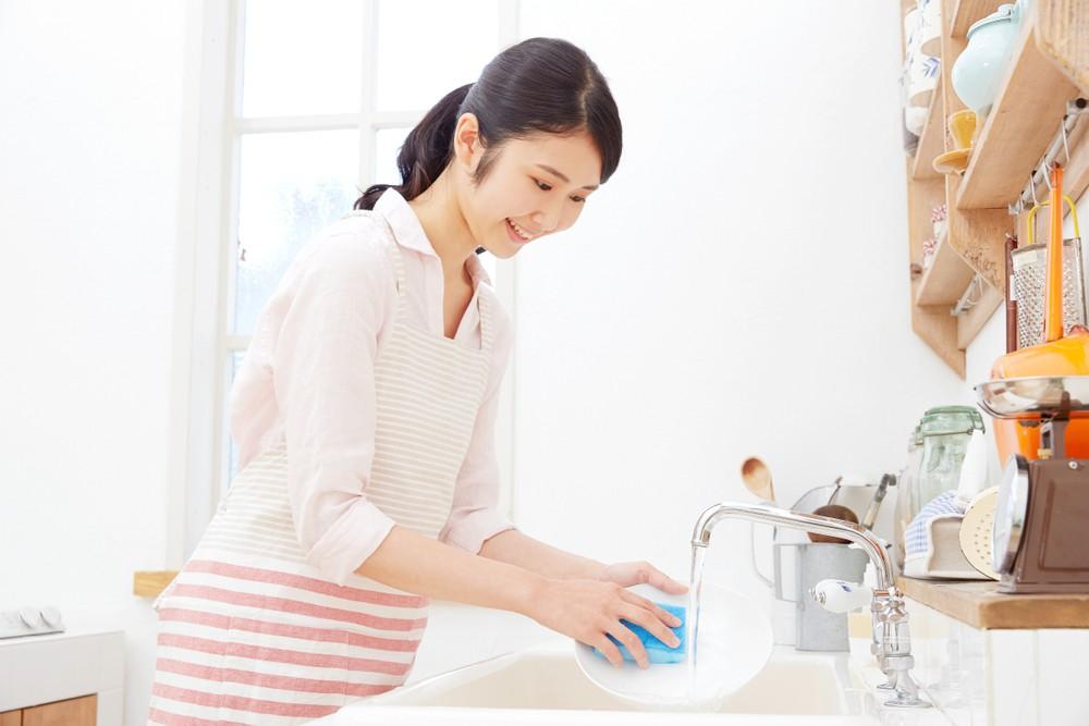 洗碗並非只是雙手的運動,可以趁機鍛煉臀部與大腿線條,利用後抬腿練習讓臀部變得更緊實。
