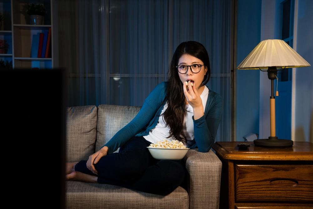 深夜進食,體內胰島素也會隨之改變,擾亂原本的生理時鐘,引起各種問題。