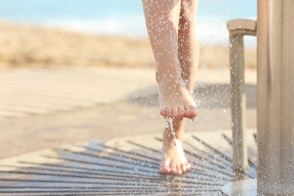 你可在回家脫下鞋和襪後,馬上清洗雙腳。