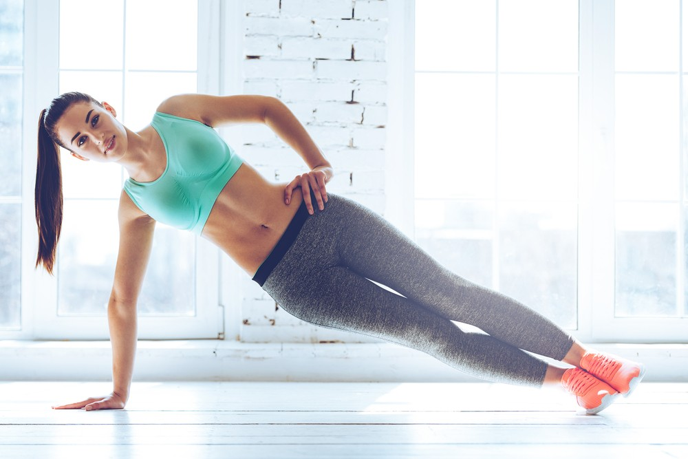 斜棒式運動(Side Plank)屬於 Plank 的變化式,單邊的訓練更強調平衡會讓核心更加訓練到。