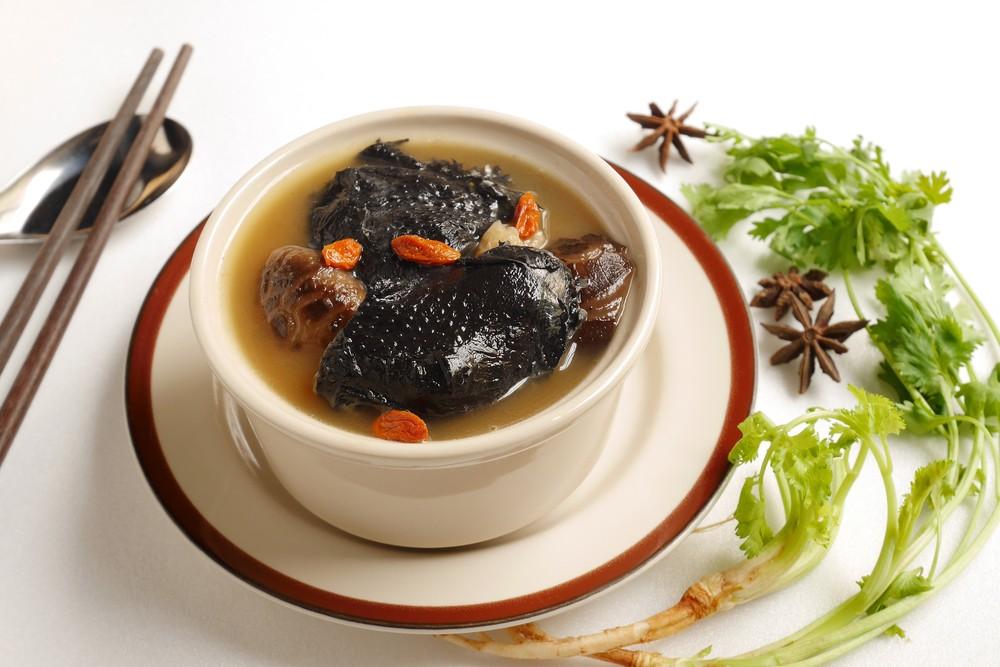 海參花膠湯可健脾益氣,滋陰補腎,適合冬天飲用。