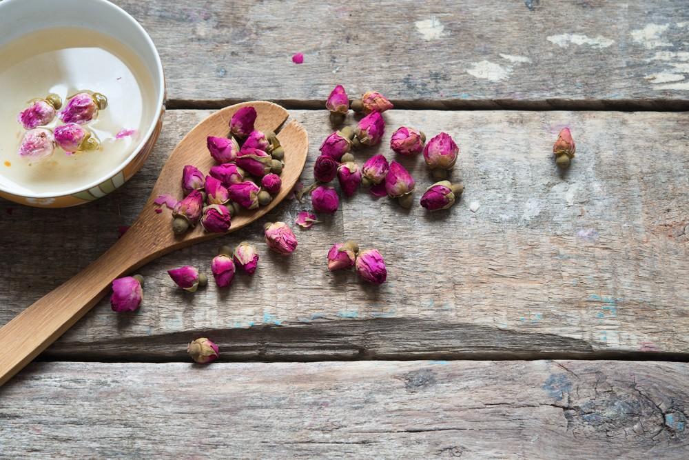 玫瑰花茶同時也含有較多的沒食子酸 (gallic acid),這種抗氧化劑化合物,佔茶的總酚含量的10–55%,並具有抗癌、抗微生物、抗炎和鎮痛的作用。