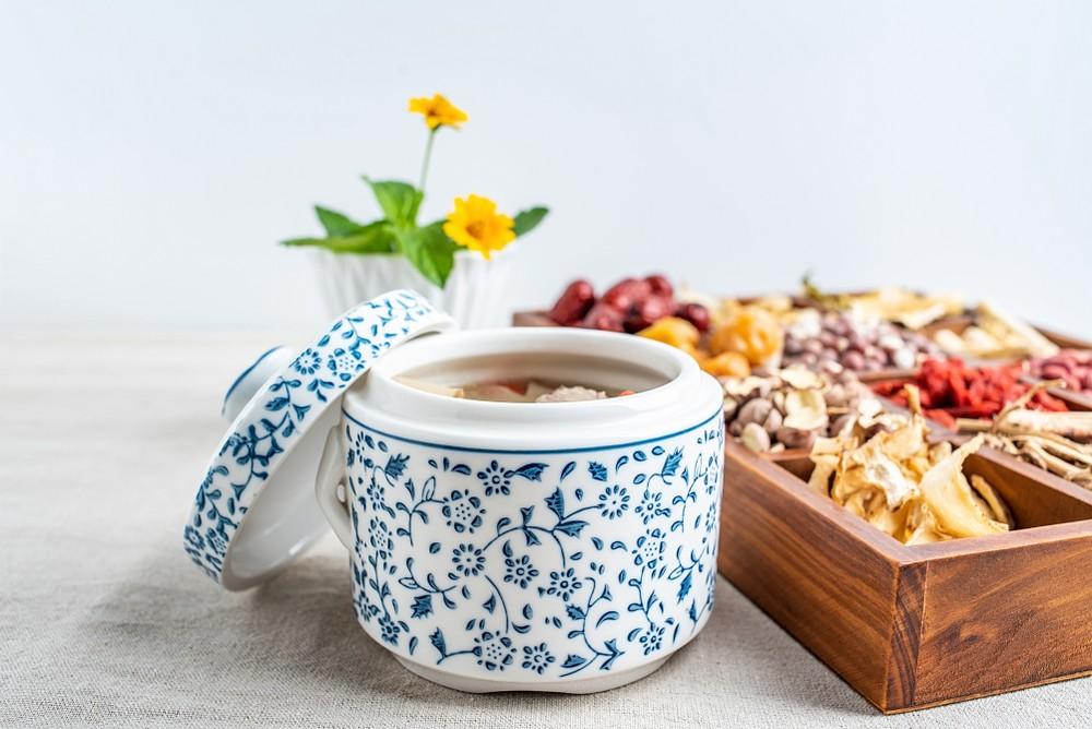胃寒人士適合飲用鹹酸菜胡椒豬肚湯,有助紓緩因天氣轉冷,或感寒食冷引發的胃疼痛,以及在疼痛時胃部伴隨寒涼感。