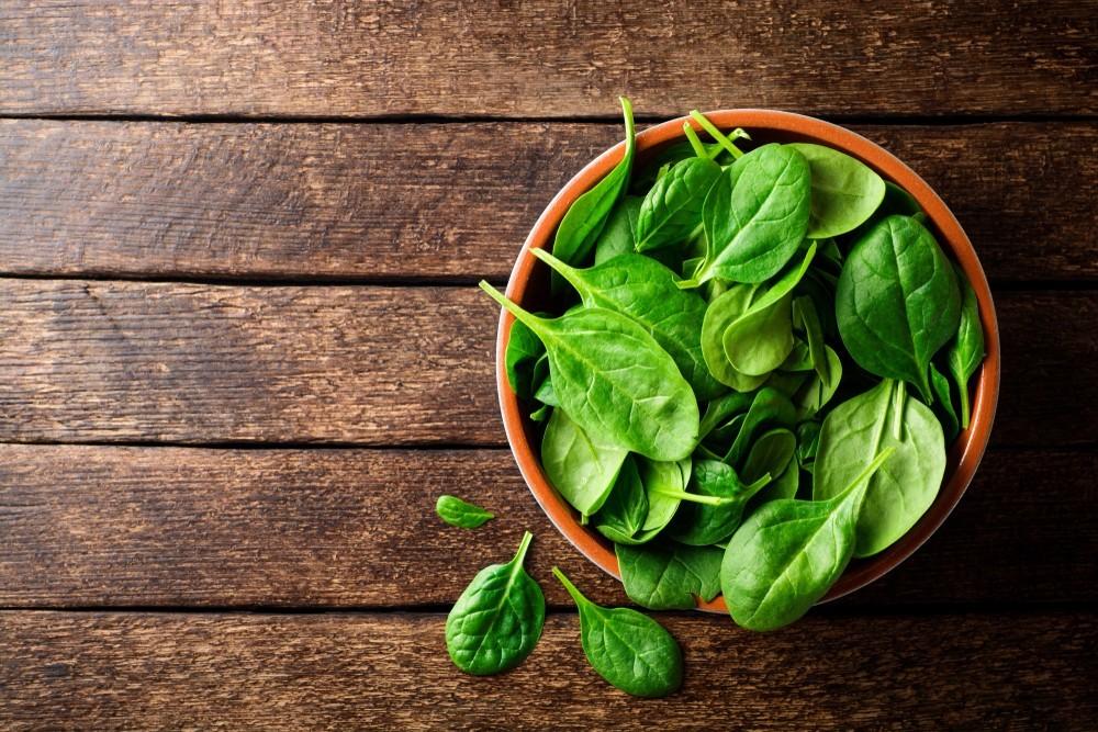 菠菜最標誌的就是其維他命A的含量,不過其實還同時含有大量鐵質,半杯就含3.21-mg的鐵質。