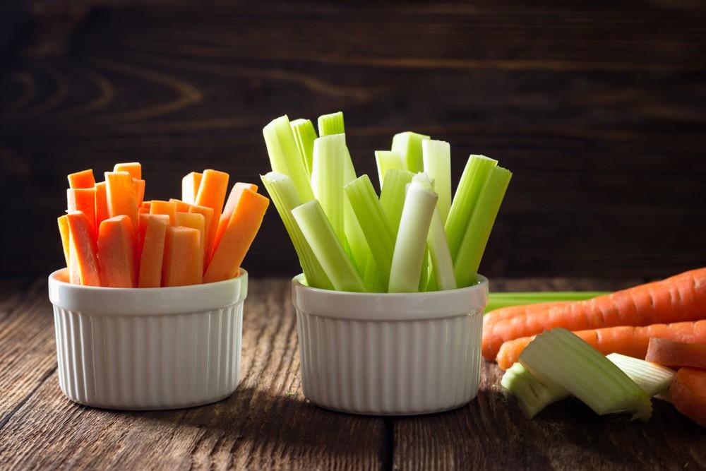 西芹含鉀量高,有助去除多餘的水分。而紅蘿蔔中胡蘿蔔素含量高,可以轉化為維生素A,對眼睛有益。