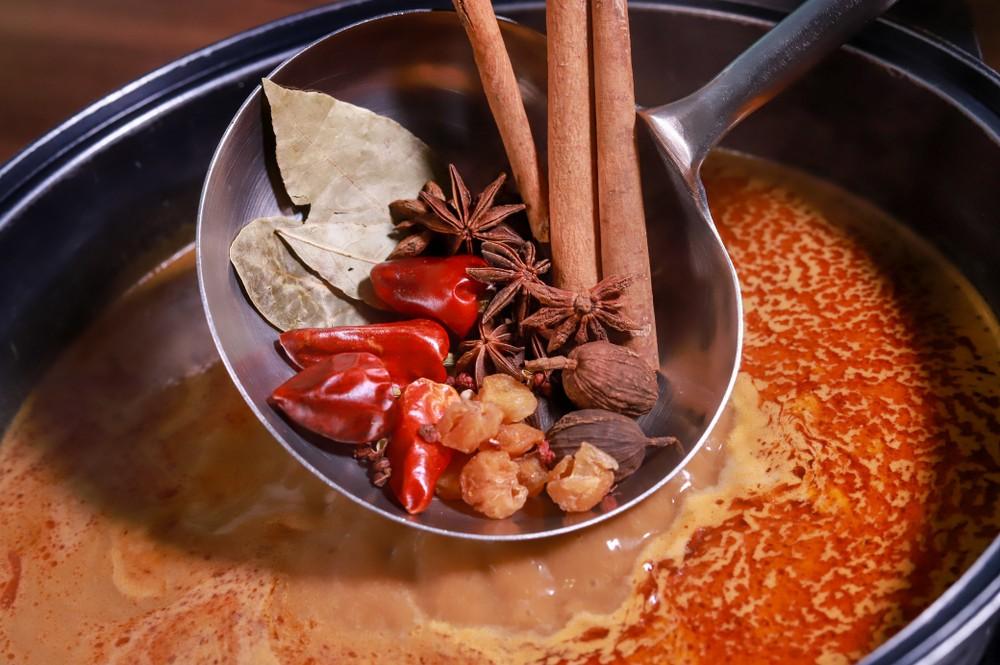 一餐「任食夠飽」的麻辣火鍋,一人會攝取到2000-3000卡路里。一個約50公斤的人計算,要做5-6小時的緩步跑或走樓梯才能消耗這些卡路里。