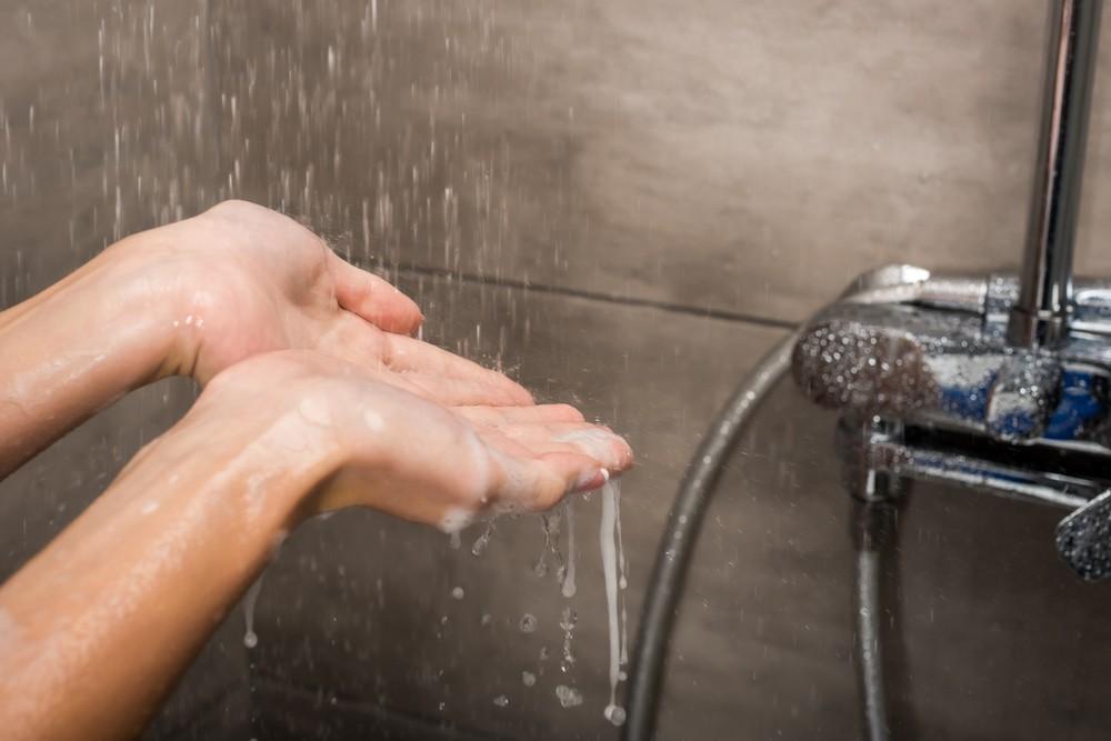 若果洗澡時出現疑似中風的症狀,如口齒不清、手腳無力、身體麻痺,先抹乾身體水分和注重保暖,並立即到醫院求醫。
