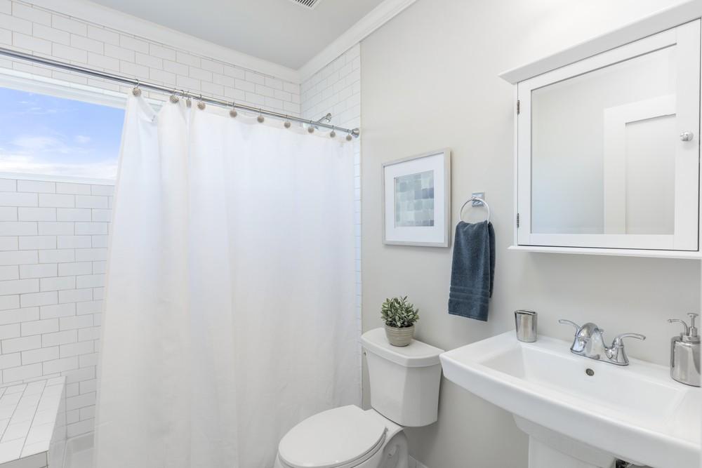 不少人浴室均有掛浴簾,浴簾清潔方法簡單。