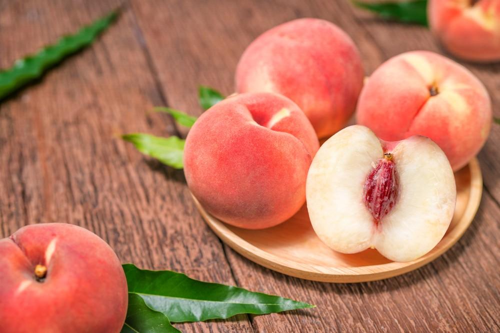 韓國水蜜桃有很多品種,例如白桃(백도)。