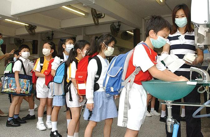 隨沙士疫情不斷擴散,世界衞生組織(WHO)對香港發出旅遊警告,學校停課。