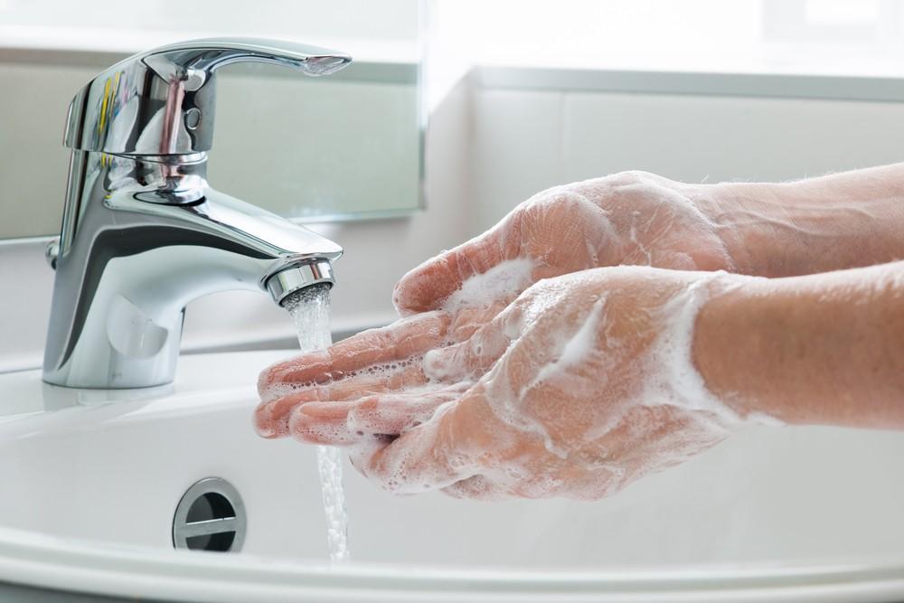 照顧病人的人應經常使用肥皂和水洗手,或使用消毒液。