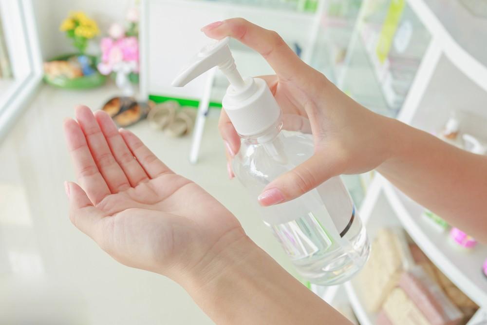 香港大學藥理及藥劑學系昨日(27日)在社交網站上載短片,教市民根據世界衞生組織配方,以及簡單器皿和可以在普通藥房買到的材料自製酒精搓手液。