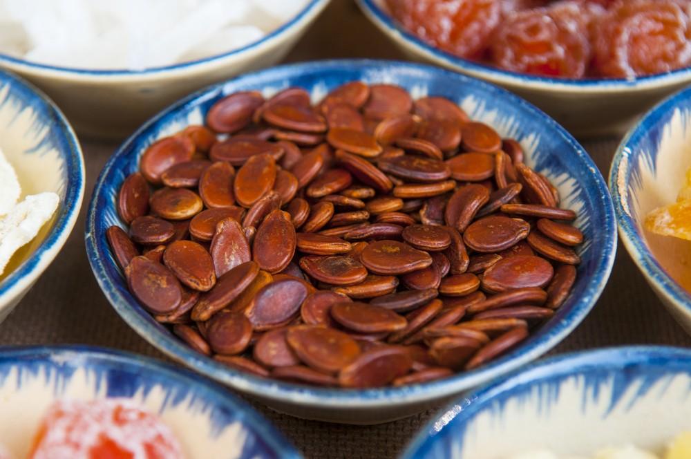 農曆新年最常吃的紅瓜子及黑瓜子屬於堅果類食物,熱量及脂肪含量甚高。