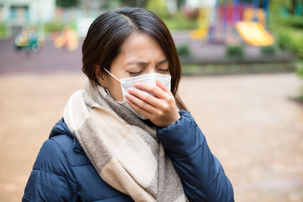 新型冠狀病毒感染肺炎病例的臨床症狀以發燒、呼吸急促、乾咳為主要表現。鼻塞、流鼻涕等上呼吸道症狀較少見。早期患者可能沒有發燒。
