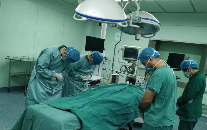小圓捐贈的器官,預計會為6位病人帶來新希望,醫護人員向她致敬。