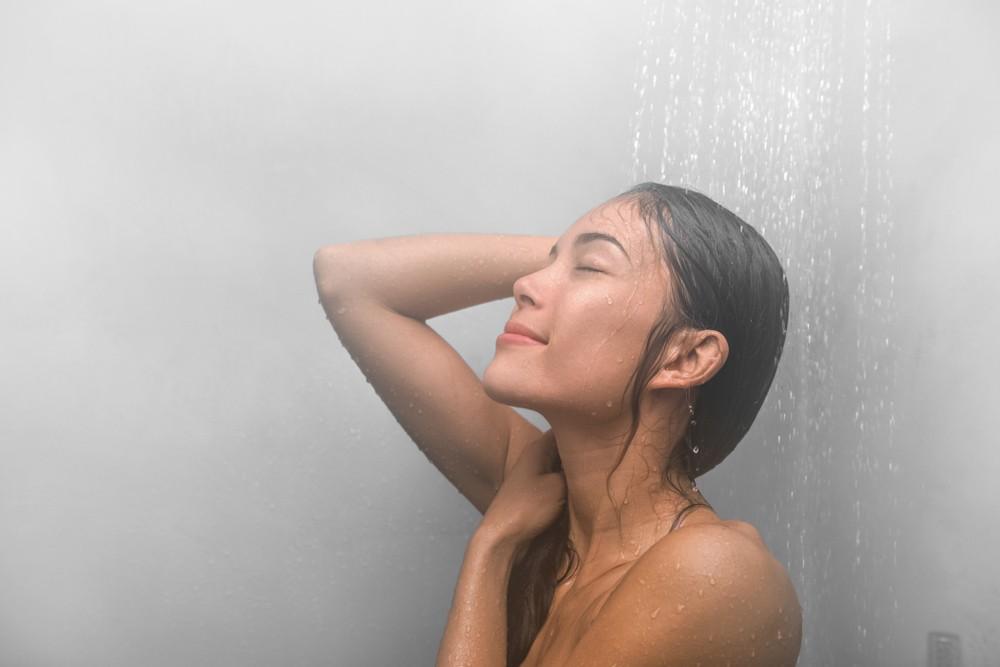 適當的洗熱水澡、熱敷、熱水泡腳可以幫助緩解經痛。