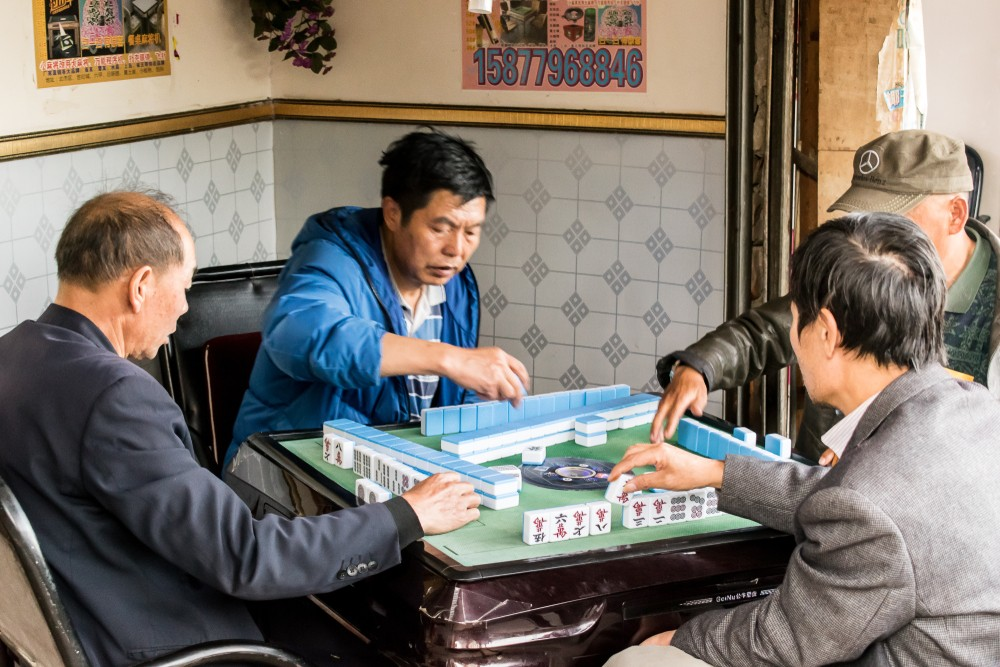 農曆新年少不免拜年,和家人吃大餐,有些人更喜歡打麻將。