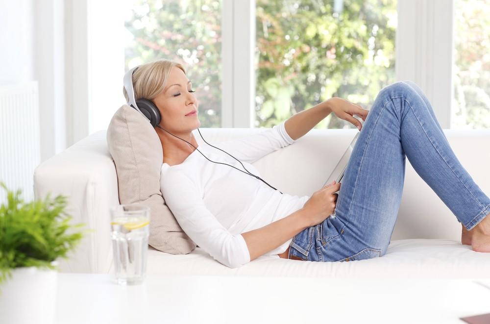 在睡覺前可先調暗光線或聽一些輕柔的音樂,更容易入睡。