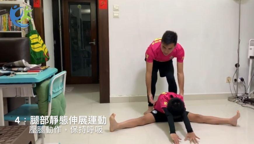 坐於地上分腿,於吸氣並慢慢呼出的同時,上半身伸前向正前方地下趴低。
