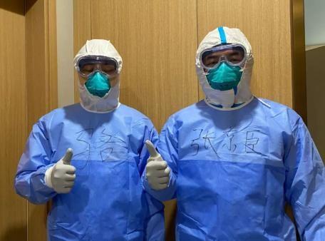 張醫生表示當時穿了兩層防護服,暴露風險不高,還樂觀表示患者恢復得還不錯。