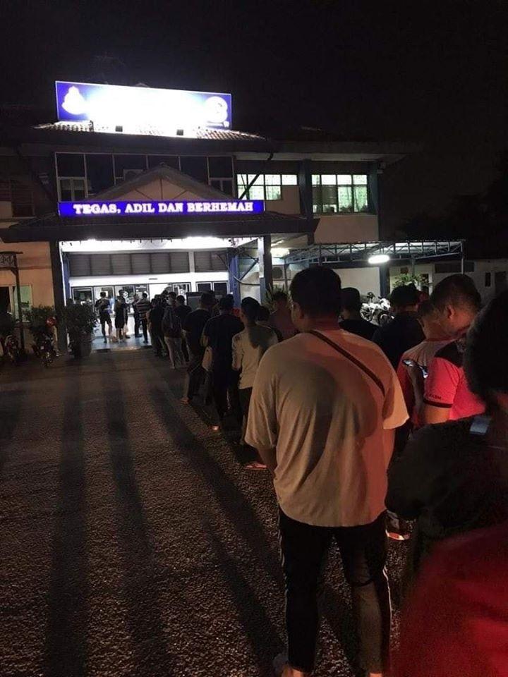 市民17日當天為申請「出門通行證」,結果造成全馬多個警局大排長龍。