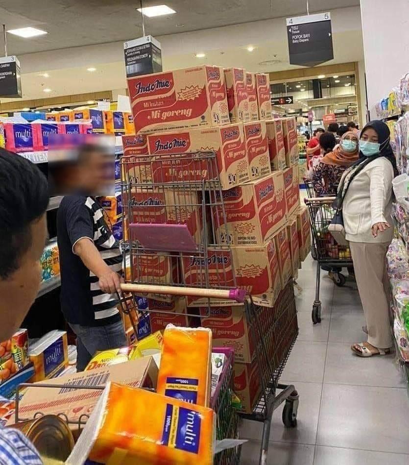 馬市民到24小時營業的超市搶購糧食。
