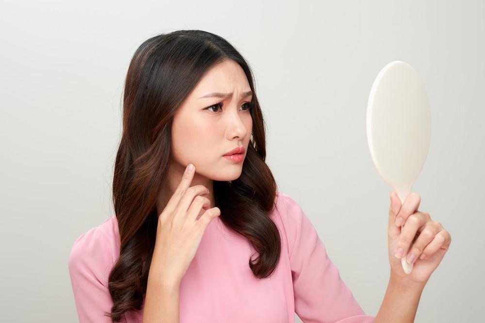 發現皮膚的表面冒起一顆顆看起來像雞皮疙瘩的東西而且久久不會消逝,嚴重時皮膚更會長滿紅通通的一片。其實,這些都是毛囊角化症的症狀。