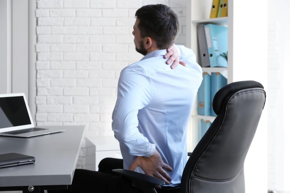 寒背不但會影響儀容,而且長久下來會令胸椎受力不平均亦會令肩膀容易疲倦,甚至影響肺部擴張,繼而令呼吸變得不暢順。嚴重者更會因壓迫神經,而出現手部麻痹、無力的情況下,最終需進行手術處理。