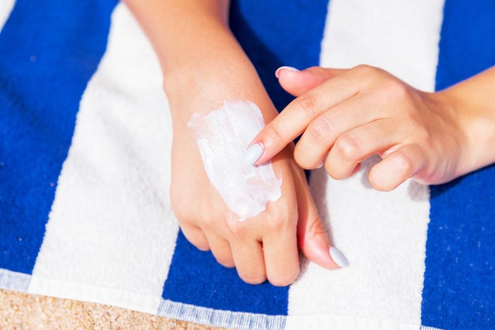 洗澡後,不用完全擦乾身體,保留一些水分在皮膚上。之後再擦無香精、無色素或其他刺激物質的保濕產品,保持皮膚濕潤。