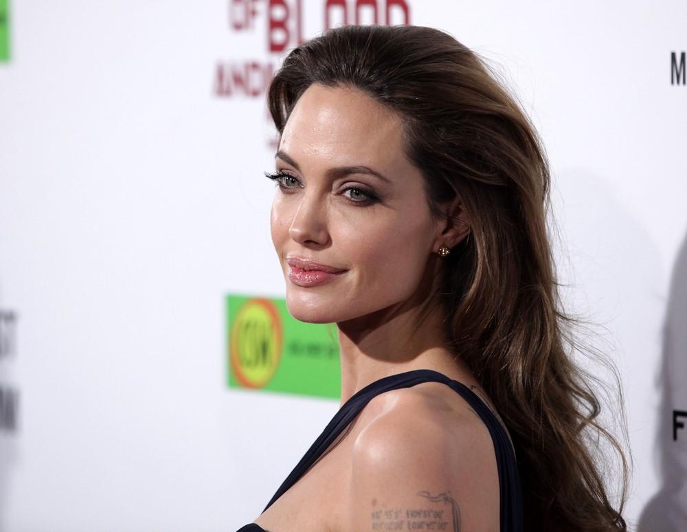 美國女星安潔莉娜.茱莉(Angelina Jolie)在幾年前為了防癌,切除了乳房、卵巢和輸卵管。
