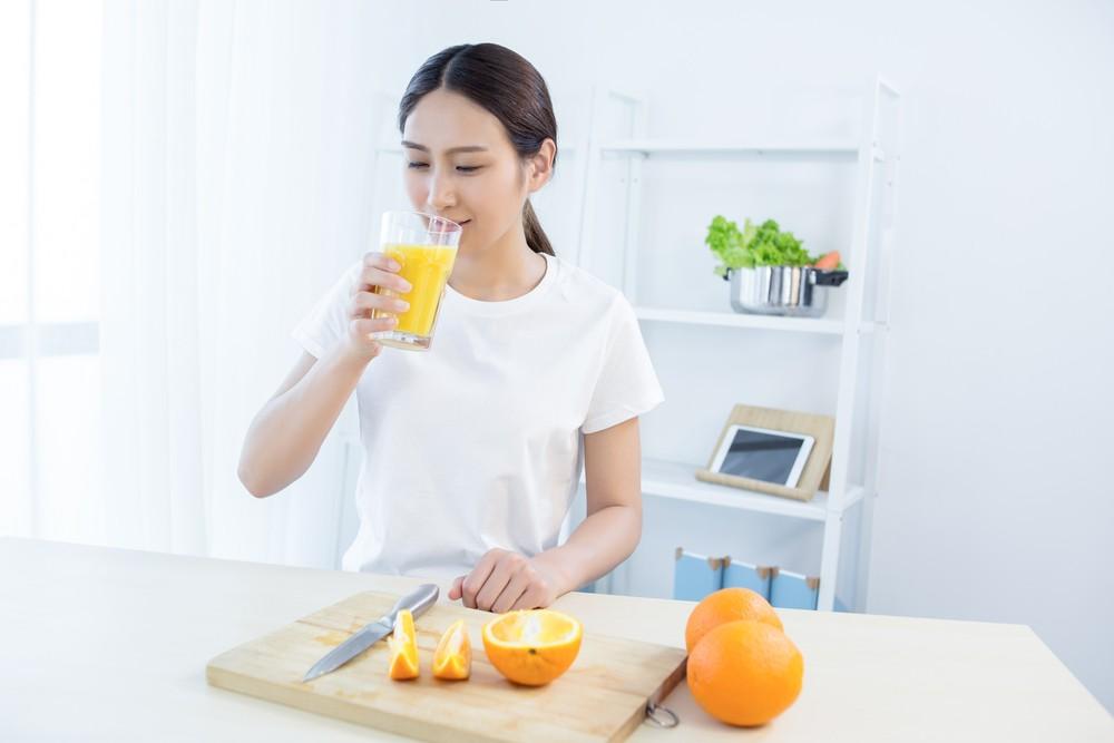 建議想要喝果汁時,應優先選擇鮮榨的果汁,減少添加劑。