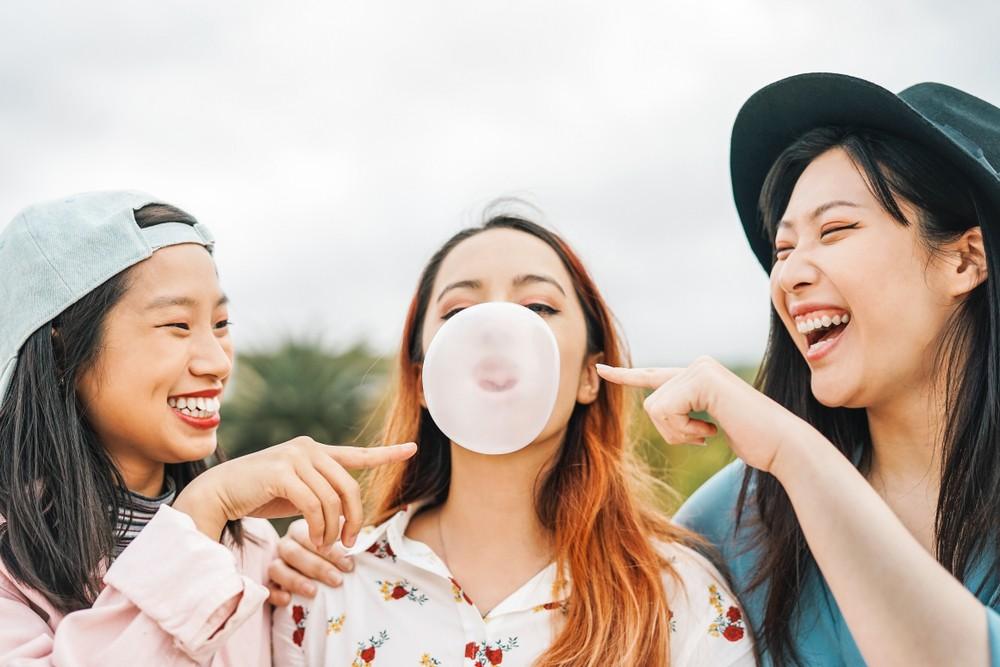 有研究指,嚼香口膠可改善人的警覺性、認知功能、短暫記憶及提升工作效率等,另外也有改善情緒、減壓的效果。