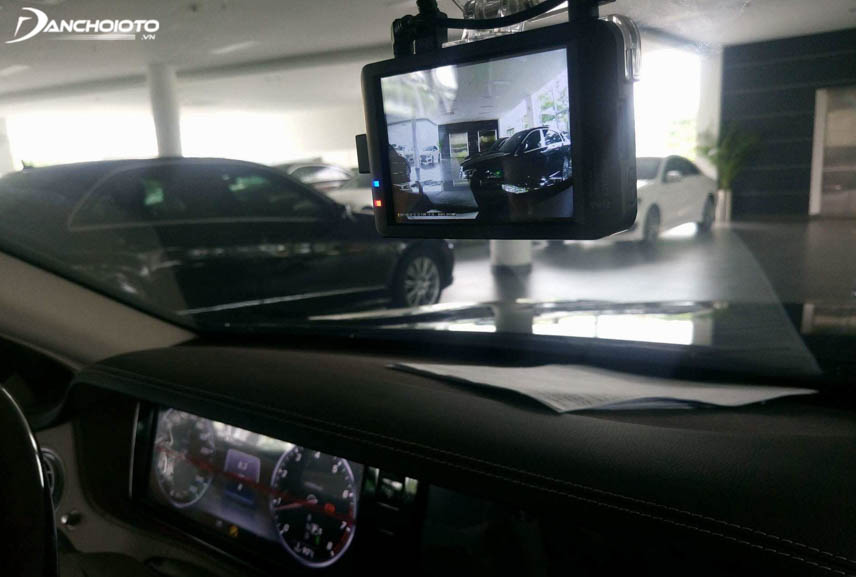 Camera hành trình giúp giám sát xe khi đậu đỗ ở nơi công cộng