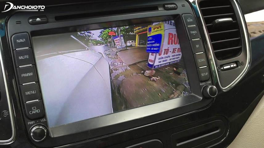Camera tiến cung cấp hình ảnh bên phải đầu xe