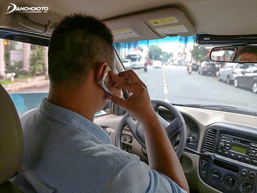 Nghe điện thoại khi đang điều khiển xe tăng nguy cơ gây tai nạn gấp 4 lần