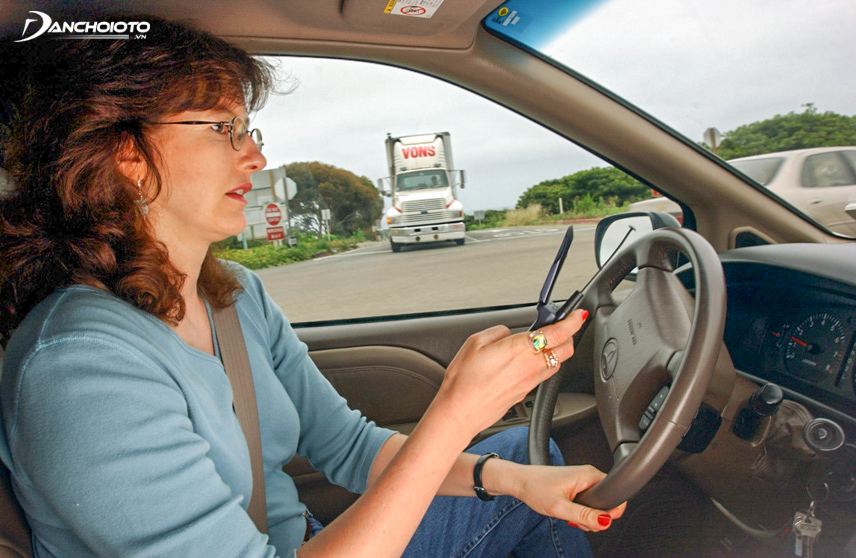 Thói quen nhắn tin khi lái xe rất nguy hiểm