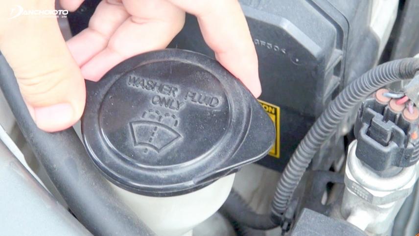 Tuyệt đối không mở nắp bình chứa nước làm mát khi động cơ đang nóng
